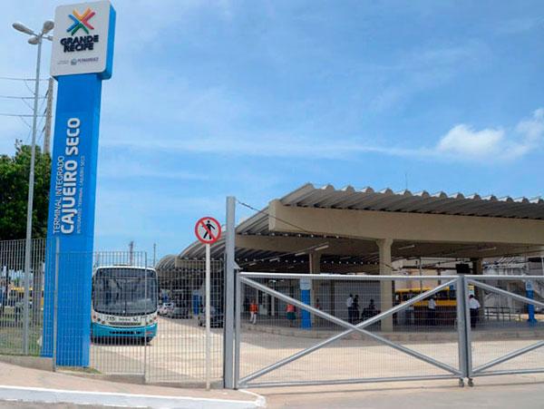 Ônibus na estação Cajueiro Seco – Terminal Integrado (SEI)