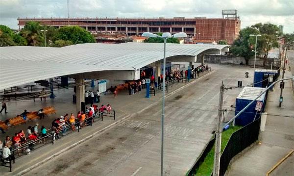 Ônibus na estação Tancredo Neves – Terminal Integrado (SEI)